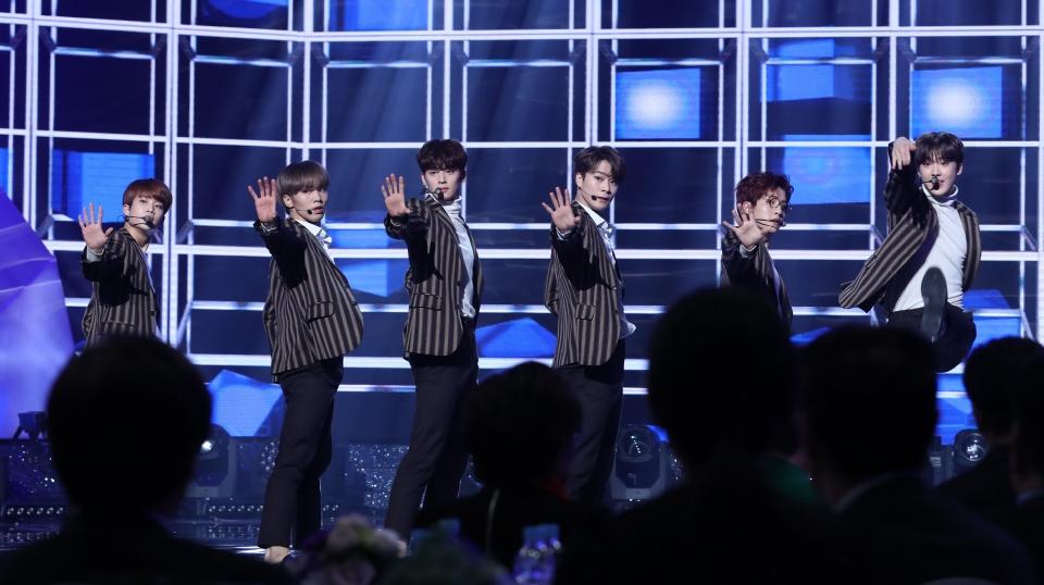 11월 30일 서울 영등포구 KBS홀에서 열린 2018 평창동계패럴림픽 G-100일 기념 '한중일 장애인예술축제' 서울 공연에서 아이돌 그룹 아스트로의 공연이 펼쳐지고 있다.