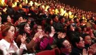11월 30일 서울 영등포구 KBS홀에서 열린 2018 평창동계패럴림픽 G-100일 기념 '한중일 장애인예술축제' 서울 공연에서 관객들이 환호하고 있다.