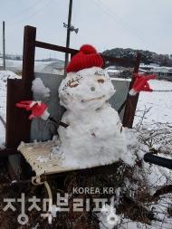 충남 아산 지역에 첫눈이 내린 24일 한 어린이집에서 아이들이 눈을 맞으며 즐거운 시간을 보내고 있다. <br>- 아이들이 직접 만든 눈사람이 경운기 운전석에 놓여있다. (사진=동화속어린이집)