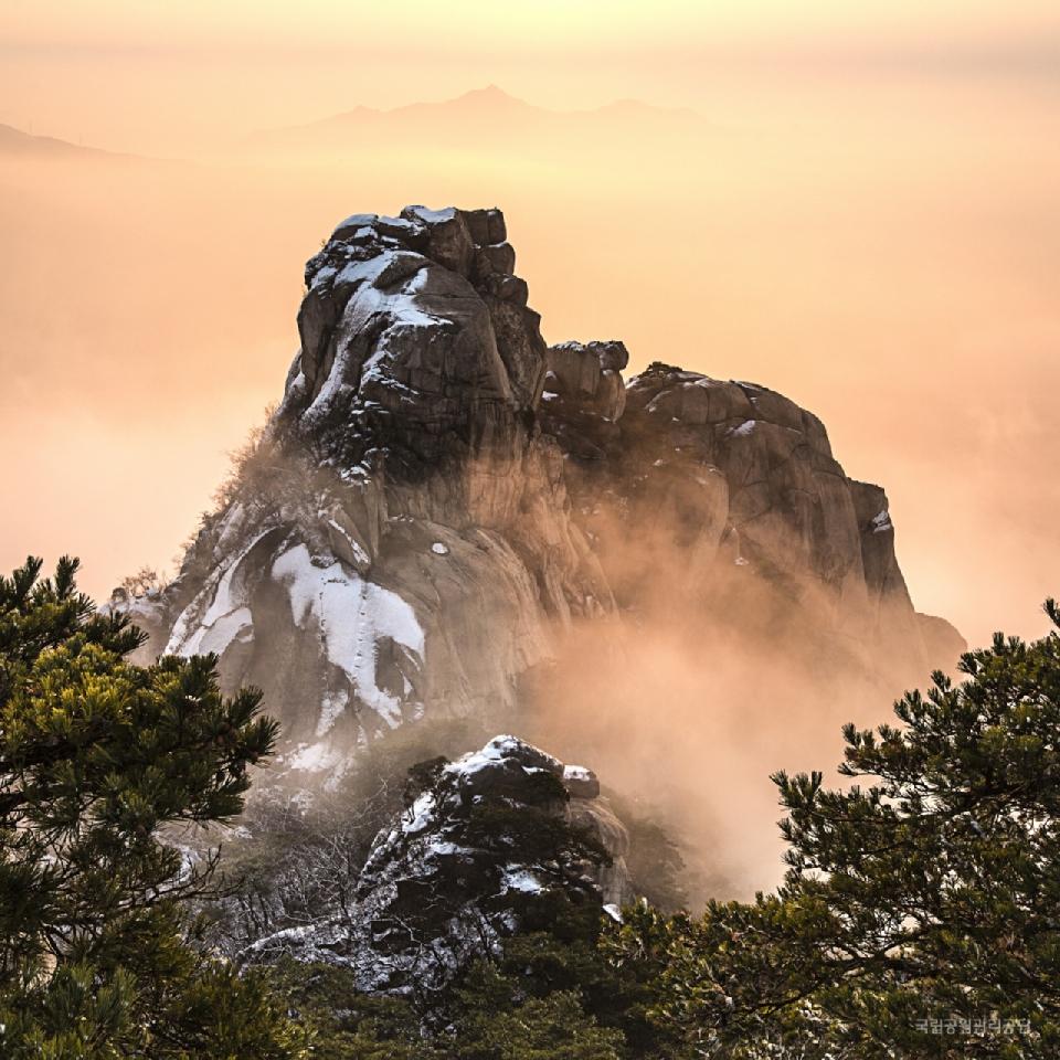 제16회 국립공원사진공모전 최우수상 <북한산_신선대의 새벽 / 이형상>