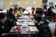 여자아이스하키 남북 단일팀이 지난 28일 충북 진천 국가대표선수촌에서 함께 저녁식사를 하고 있다.