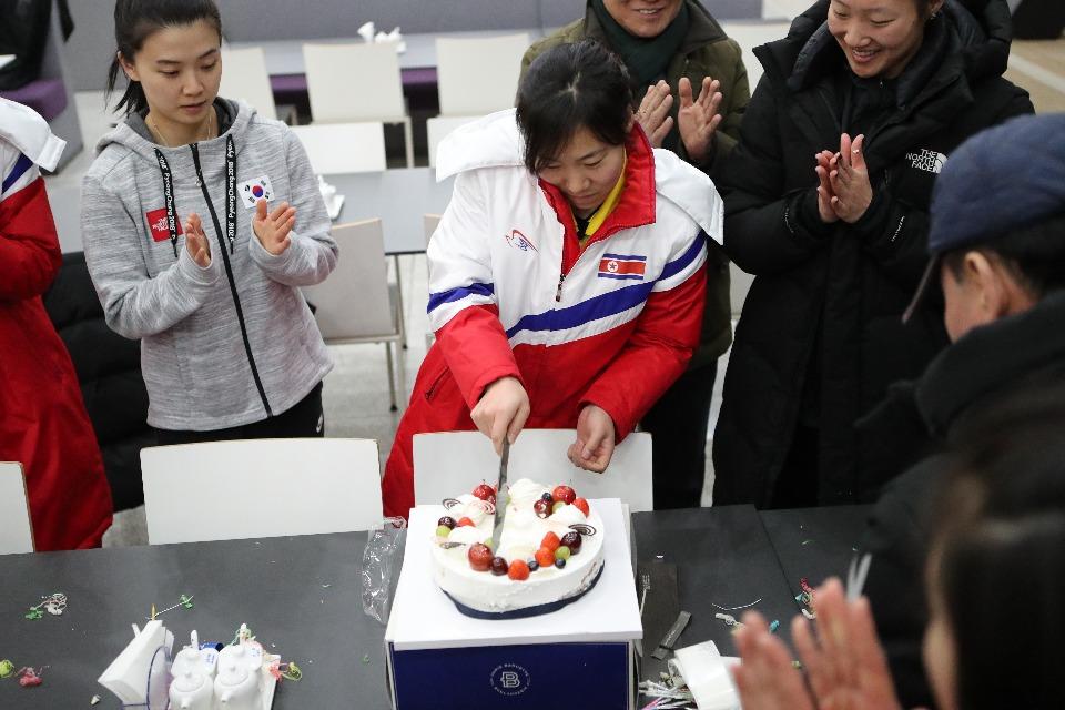 28일 저녁 충북 진천 국가대표선수촌에서 여자아이스하키 선수들이 생일을 맞이한 북한의 진옥 선수를 축하해주고 있다.