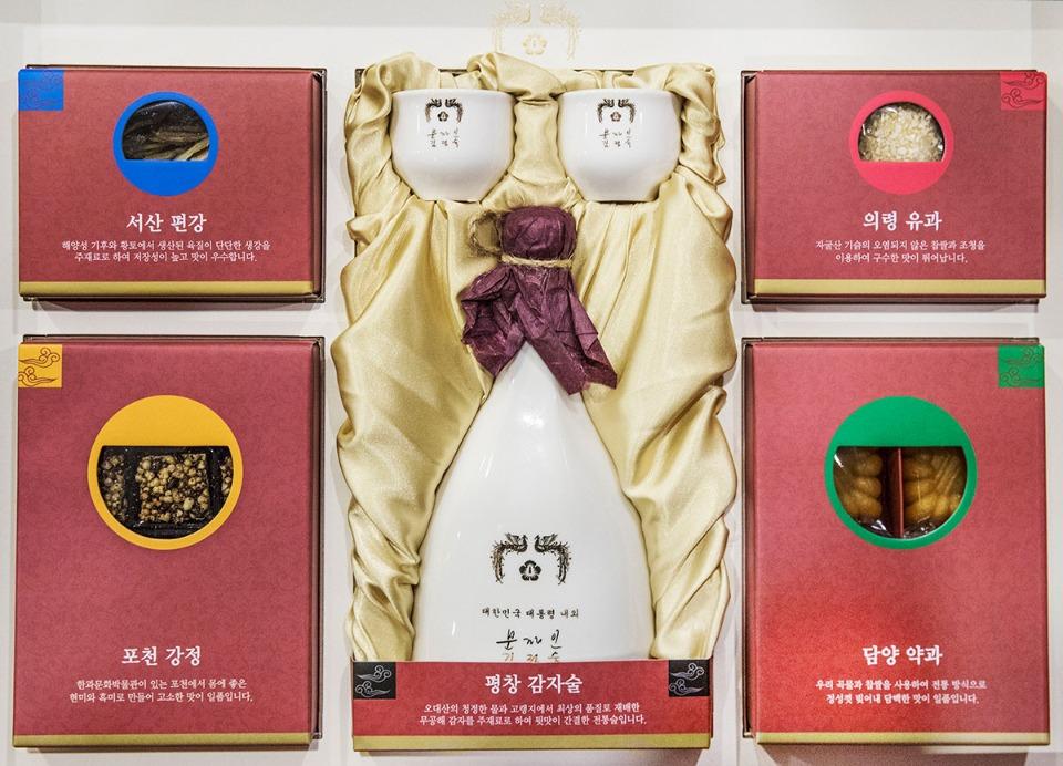 31일 오전 청와대가 공개한 문재인 대통령의 설 선물 세트. 설 선물은 전통주와 한과 세트로 구성했다.