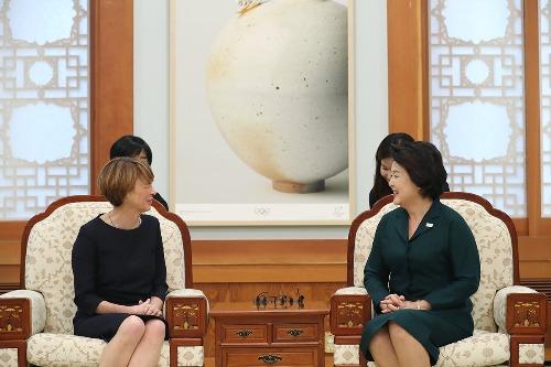 김정숙 여사, 「엘케 뷔덴벤더」 독일 대통령 부인 환담