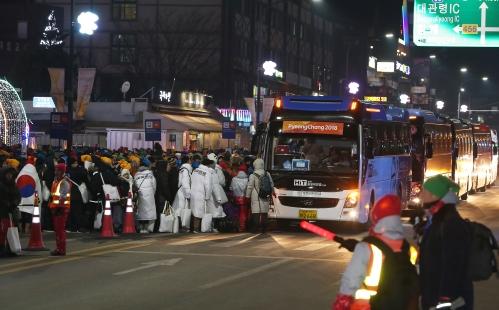 평창동계올림픽  개막식이 끝나고 대관령환승주차장으로 이동하려는 관중들