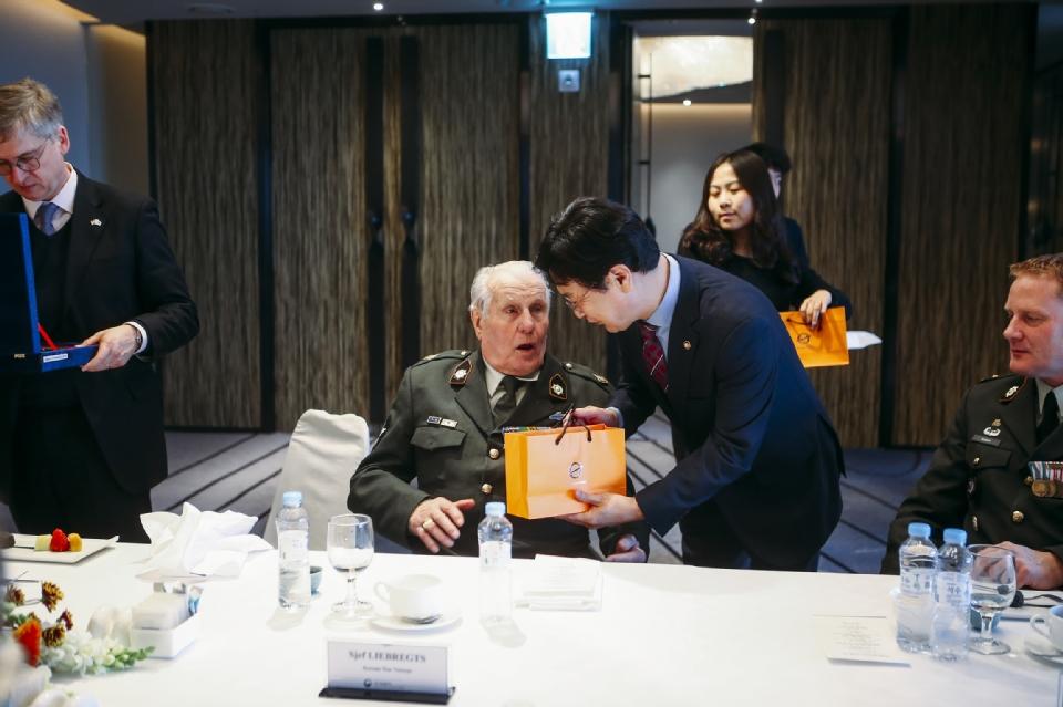 심덕섭 국가보훈처 차장이 12일 서울 중구 그랜드앰배서더 호텔에서 네덜란드 총리 방한 계기 참전용사 및 가족등 10명을 모시고 환영오찬에 참석하여 기념품을 증정하고 있다.