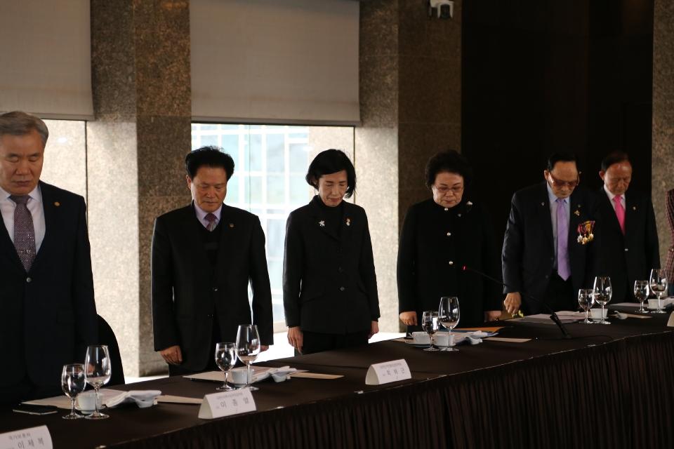 피우진 국가보훈처장이 12일 오전 서울 중구 더플라자 호텔에서 열린 신년 중앙보훈단체장 간담회에 참석하여 국민의례를 하고 있다.