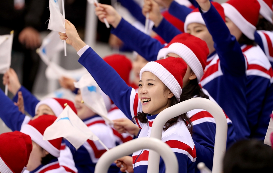 여자 아이스하키 조별예선 2차전 남북 단일팀 대 스웨덴 경기 북한 응원단  응원