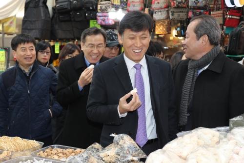 김영문 관세청장, 설 맞아 전통시장 및 복지시설 방문
