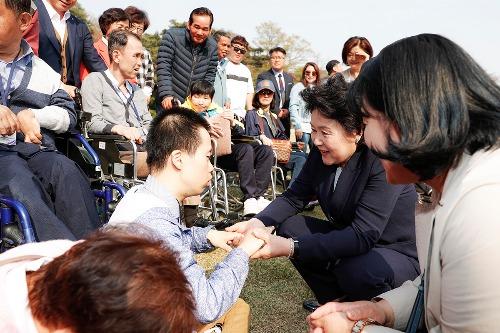 김정숙 여사, 청와대에 방문한 장애인 단체 격려