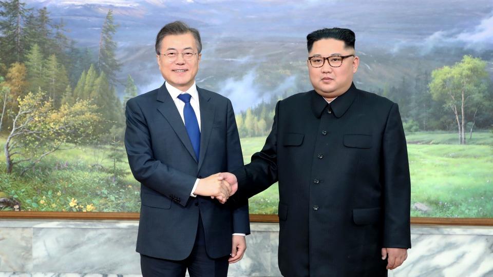 문재인 대통령과 김정은 북한 국무위원장이 지난 26일 오후 판문점 북측 통일각에서 정상회담을 하기 앞서 기념촬영을 하고 있다.