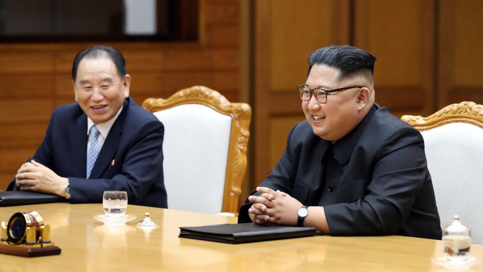 문재인 대통령과 김정은 북한 국무위원장이 지난 26일 오후 판문점 북측 통일각에서 제2차 남북정상회담을 하고 있다.