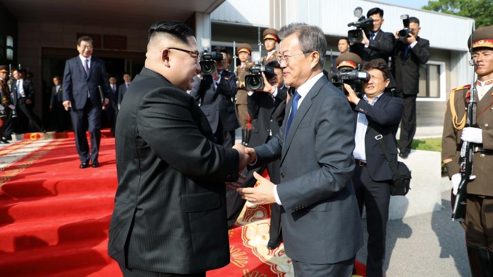 문재인 대통령과 김정은 북한 국무위원장이 지난 26일 오후 판문점 북측 통일각에서 열린 남북정상회담을 마친 뒤 인사를 나누고 있다.