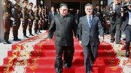 문재인 대통령과 김정은 북한 국무위원장이 지난 26일 오후 판문점 북측 통일각에서 열린 남북정상회담을 마친 뒤 함께 나오고 있다.