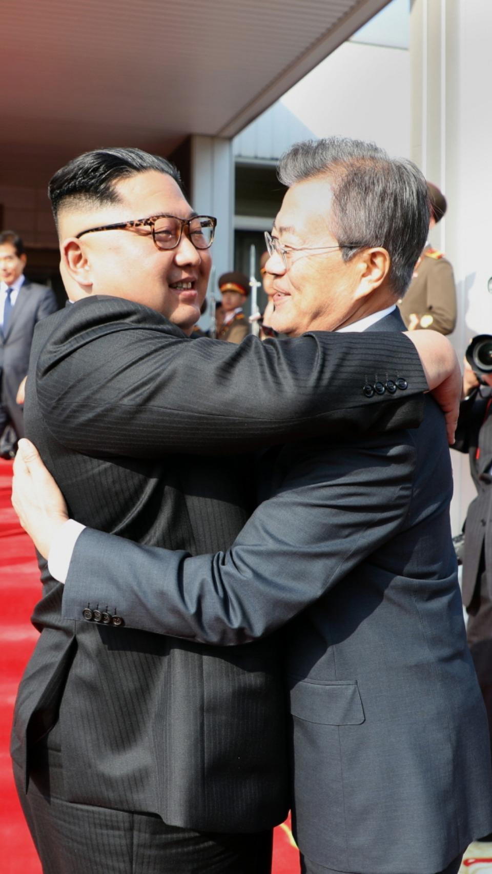 문재인 대통령과 김정은 국무위원장이 26일 오후 판문점 북측 통일각에서 정상회담을 마친 후 헤어지며 포옹하고 있다.
