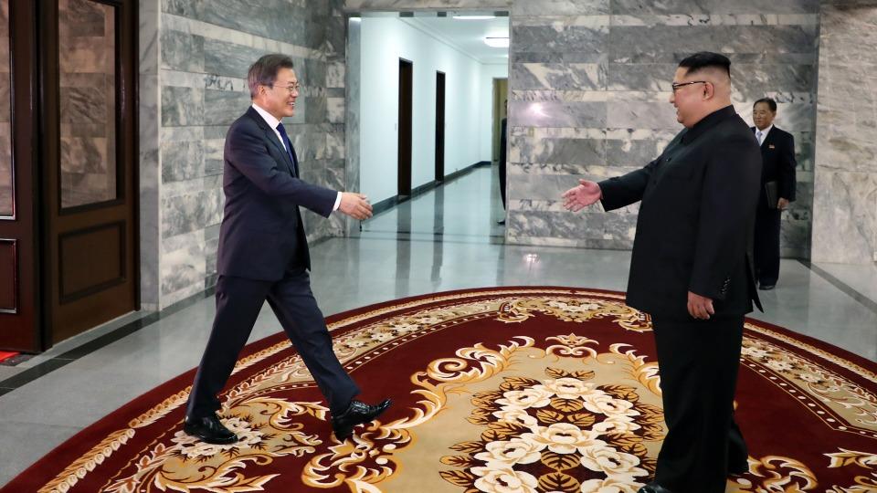 문재인 대통령과 김정은 북한 국무위원장이 26일 오후 판문점 북측 통일각에서 정상회담을 하기 앞서 악수하고 있다.