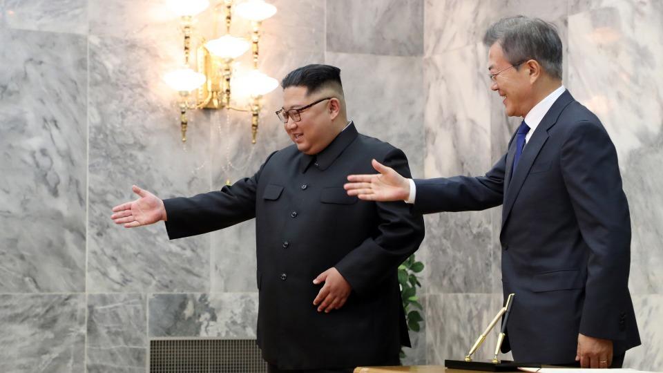문재인 대통령과 김정은 북한 국무위원장이 지난 26일 오후 판문점 북측 통일각에서 정상회담을 하기 앞서 인사한 뒤 이동하고 있다.