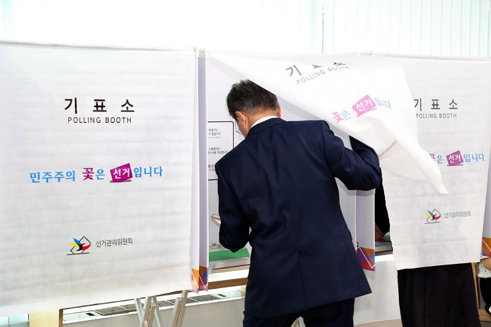 문재인 대통령이 8일 오전 서울 종로구 삼청동 주민센터에서 6·13지방선거 사전투표를 하고 있다.