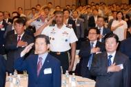 유영민 과학기술정보통신부 장관이 8일 오후 서울 용산구 국방컨벤션 충무홀에서 열린 '제26회 국방군사 세미나' 에 참석해 빈센트 브룩스 한미연합사령관과 국민의례를 하고 있다.