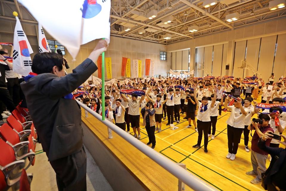8일 서울 종로에 위치한 중앙고등학교 대강당에서 열린 제92회 6.10독립만세운동 기념식에서 유족대표이신 이원정님이 학생들과 함께 만세삼창을 하고 있다.