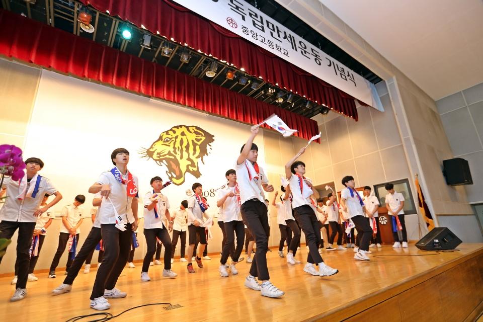 8일 서울 종로에 위치한 중앙고등학교 대강당에서 열린 제92회 6.10독립만세운동 기념식에 참석한 심덕섭 국가보훈처 차장이 참석하여 독립군가  플래시몹 행사를 관람하고 있다.