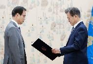 문재인 대통령이 8일 오후 청와대 접견실에서 '드루킹 댓글조작 사건'을 조사할 허익범 특별검사에게 임명장을 수여하고 있다.