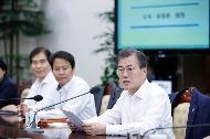 문재인 대통령이 11일 청와대 여민관에서 열린 수석·보좌관 회의에 참석해 모두발언하고 있다.