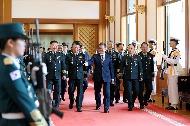 문재인 대통령이 8일 오후 청와대에서 열린 군 장성 진급 및 보직 신고식에서 보직 신고를 마친 장성들과 함께 이동하고 있다.