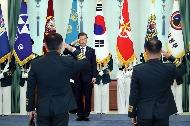 문재인 대통령이 8일 오후 청와대에서 열린 군 장성 진급 및 보직 신고식에서 장성들의 경례를 받고 있다.
