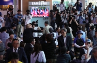 싱가포르에서 열리는 북미 정상회담을 지켜보는 시민과 취재진들