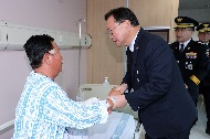 김부겸 행정안전부 장관이 9일 오후 경북 안동시 안동병원에서 입원 치료를 받고 있는 공상경찰관을 위문하고 있다.