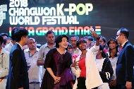 김정숙 여사가 9일(현지시간) 인도 뉴델리 시리포트 오디토리움에서 열린 K-POP 콘테스트 결선에 참가자들과 기념촬영을 하고 있다.