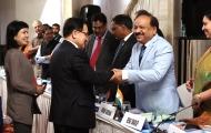 유영민 과학기술정보통신부 장관이 9일 오후 인도 뉴델리 로얄플라자호텔에서 열린 '제4차 한-인도 과학기술공동위원회' 에 참석해 인도공과대(IITB)와 한국과학기술연구원(KIST) 간 기관협력 MOU를 체결, 관계자들과 인사를 나누고 있다.