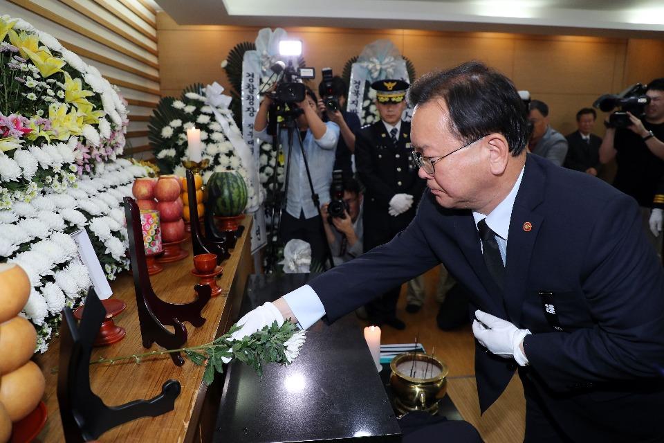 김부겸 행정안전부 장관이 9일 오후 경북 안동시 안동병원장례식장에 마련된 故 김선현 경감 빈소를 찾아 조문 헌화하고 있다.