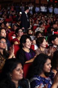 김정숙 여사가 9일(현지시간) 인도 뉴델리 시리포트 오디토리움에서 열린 K-POP 콘테스트에서 박수를 치고 있다.