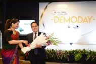 유영민 과학기술정보통신부 장관(오른쪽)이 10일 인도 뉴델리 르메르디안호텔에서 열린 'K-글로벌 인디아 2018' 스타트업 데모데이에 참석해 수상자와 기념촬영 하고 있다.