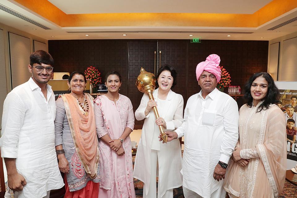 김정숙 여사가 10일 오후(현지시간)인도 뉴델리 베로이 호텔에서 영화 '당갈'의 실제 주인공 가족들과 만나 기념사진을 촬영하고 있다.