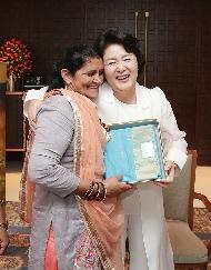김정숙 여사가 10일 오후(현지시간)인도 뉴델리 베로이 호텔에서 영화 '당갈'의 실제 주인공의 어머니 다야 카우르 씨를 안아주고 있다.