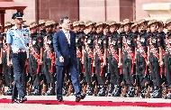 인도를 국빈 방문 중인 문재인 대통령이 10일 오전(현지시간) 뉴델리 대통령궁 광장에서 열린 공식환영식에서 의장대를 사열하고 있다.