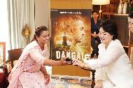 김정숙 여사가 10일 오후(현지시간)인도 뉴델리 베로이 호텔에서 영화 '당갈'의 실제 주인공 가족들과 만나고 있다.