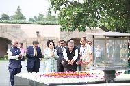 인도를 국빈방문 중인 문재인 대통령과 김정숙 여사가 10일 오전(현지시간) 인도 뉴델리 간디 추모공원을 방문, 헌화 후 추모하고 있다.
