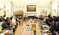 인도를 국빈방문 중인 문재인 대통령이 10일 인도 대통령궁에서 모디 총리와 정상회담을 하고 있다.