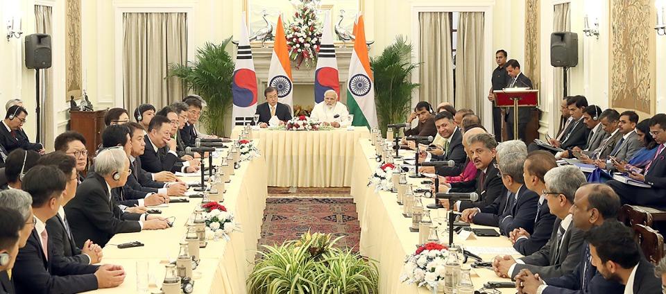 문재인 대통령과 나렌드라 모디 인도총리가 10일 오후(현지시간) 뉴델리 영빈관에서 열린 한국-인도 기업인 라운드 테이블에 참석하고 있다.
