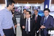 유영민 과학기술정보통신부 장관(가운데)이 10일 인도 뉴델리 르메르디안호텔에서 열린 'K-글로벌 인디아 2018' 에 참석해 전시수출 상담부스에서 설명을 듣고 있다.