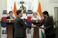 인도를 국빈 방문 중인 문재인 대통령과 나렌드라 모디 인도 총리가 10일 오후(현지시간) 뉴델리 영빈관에서 열린 공동 언론발표에 참석하고 있다.