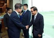 싱가포르를 국빈 방문한 문재인 대통령이 11일 오후 싱가포르 창이 국제공항에 도착, 환영나온 인사들과 악수하고 있다.