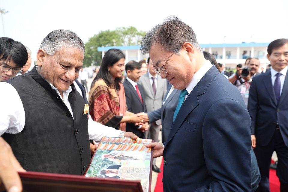 인도 국빈 방문을 마친 문재인 대통령이 11일 뉴델리 팔람 공군공항에서 인도 싱 영예수행장관으로부터 순방 사진첩을 선물받고 있다.