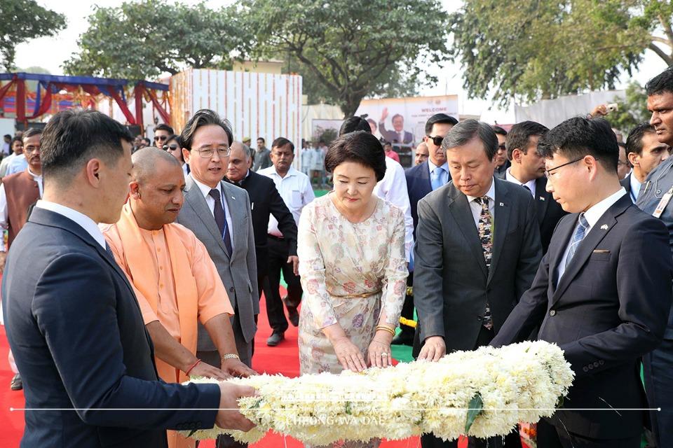 김정숙 여사가 6일(현지시간) 인도 우타르 프라데시주 아요디아 허왕후 기념비를 찾아 요기 아디티아나트 주총리와 함께 헌화하고 있다.