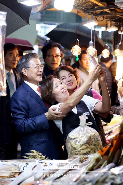 문재인 대통령이 8일 경북 포항시 죽도시장을 방문해 상인들과 사진을 찍고 있다.