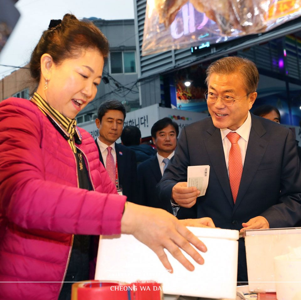 문재인 대통령이 8일 경북 포항시 죽도시장을 방문해 지역 상품권으로 과메기를 구입하고 있다.